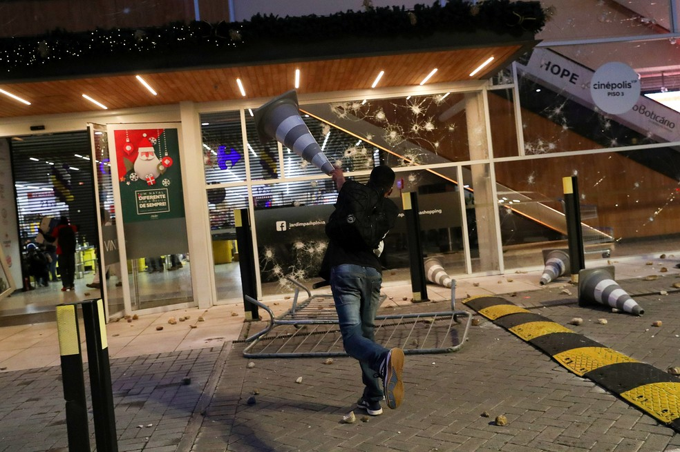 Em protesto contra o racismo, manifestantes tocam fogo em Carrefour