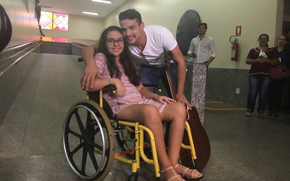 Estudante Isadora de Morais recebeu visita do cantor Israel Novaes (Foto: Vanessa Martins/G1)