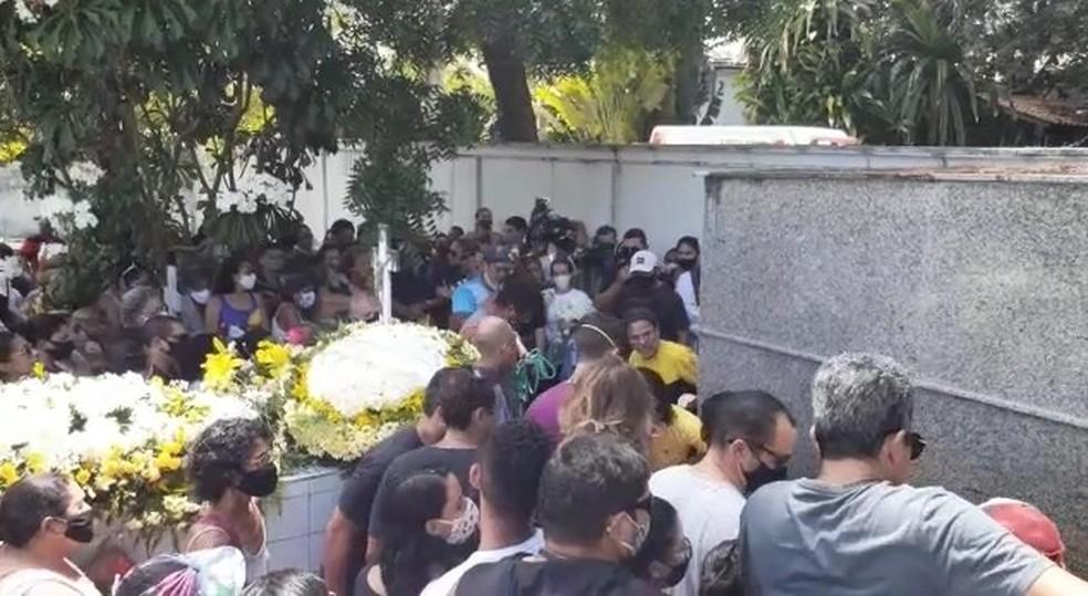 Corpos de família que morreu em desabamento de falésia são enterrados em Pipa — Foto: Kléber Teixeira/Inter TV Cabugi