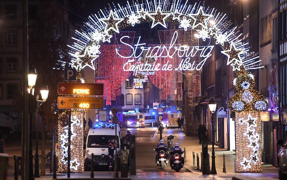 Policiais na entrada do mercado de Natal de Estrasburgo, após um homem disparar no local, na noite de terça-feira (11) — Foto: Frederick Florin / AFP Photo
