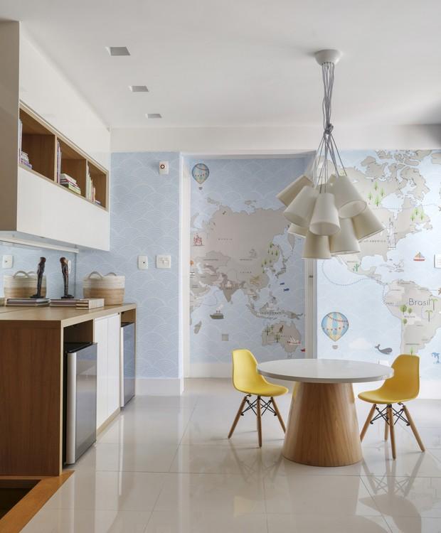 O painel com o mapa-múndi preenche as paredes da brinquedoteca e apresenta a geografia aos pequenos de uma forma divertida (Foto: Denilson Machado/MCA Estúdio/Produção: Aldi Flosi)