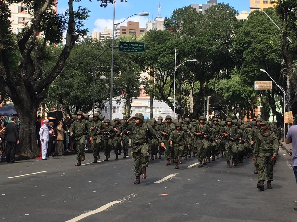 Tropa do Exército durante desfile em comemoração à Independência do Brasil, em Salvador — Foto: João Souza/ G1