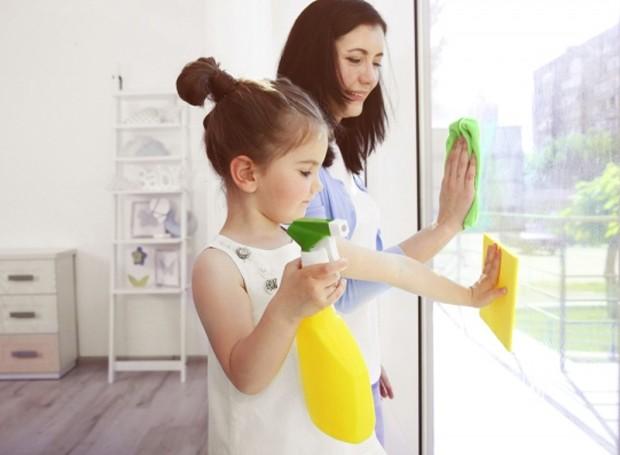 Manter as janelas limpas permite com que mais luz entre no ambiente, o que garante um aspecto arejado e clean (Foto: Womantely/ Reprodução)