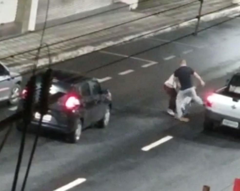 Homem agride mulher durante briga de trânsito em Registro — Foto: G1 Santos