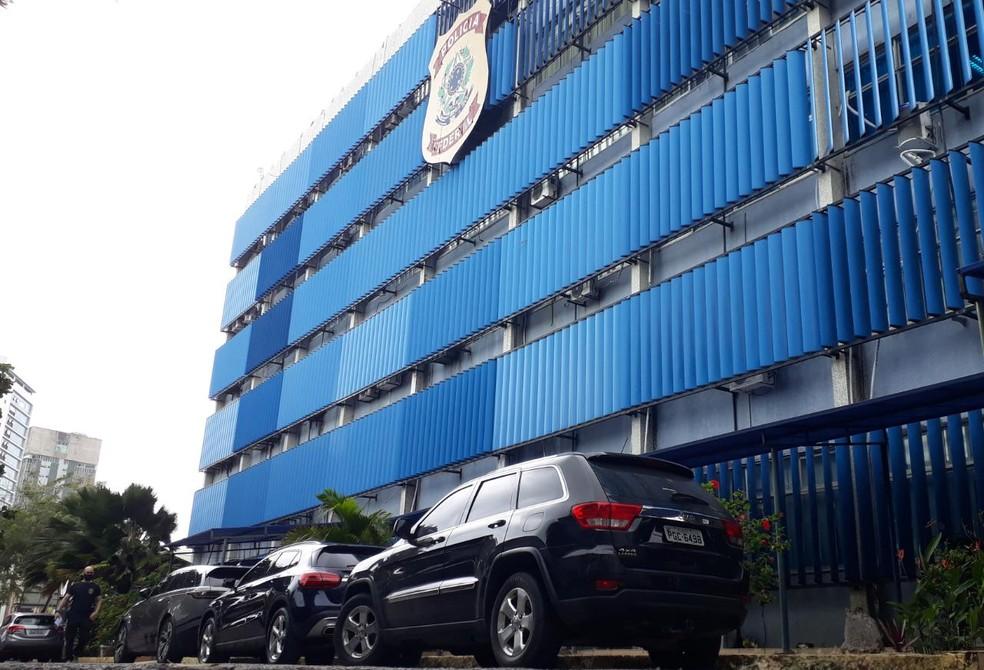 Três carros foram apreendidos pela Polícia Federal na Operação Desumano, que investiga irregularidades em contratos das prefeituras do Recife e de Jaboatão, nesta quarta (16) — Foto: Clarissa Góes/TV Globo