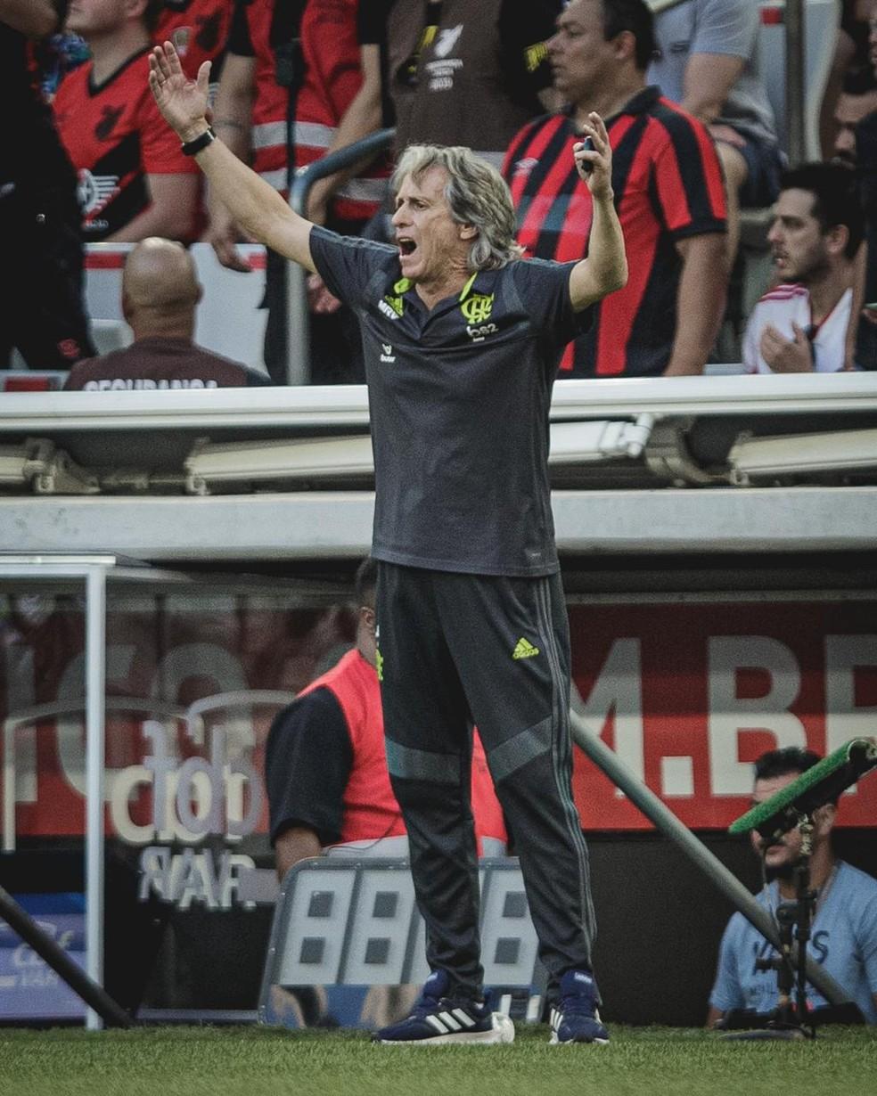 Jorge Jesus no jogo contra o Athletico-PR na Arena da Baixada — Foto: Matheus Sebenello / Foto FC