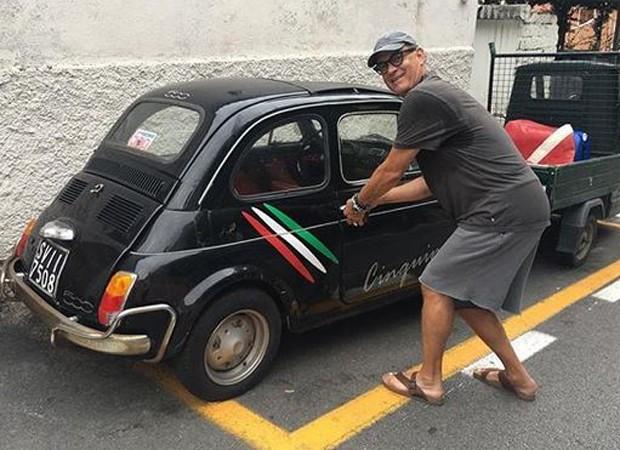 Tom Hanks exibe carro antigo que ganhou de fãs  (Foto: Reprodução/Instagram)