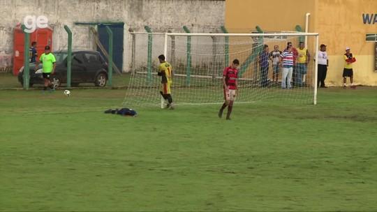 """Sem goleiro, atacante perde gol feito e se explica: """"Fui com tanta ganância""""; assista lance"""