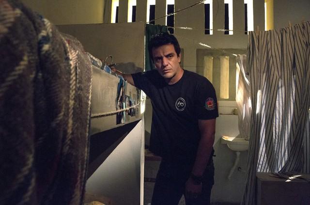 Rodrigo Lombardi em cena de 'Carcereiros' (Foto: Rede Globo / Marcelo Tabach)