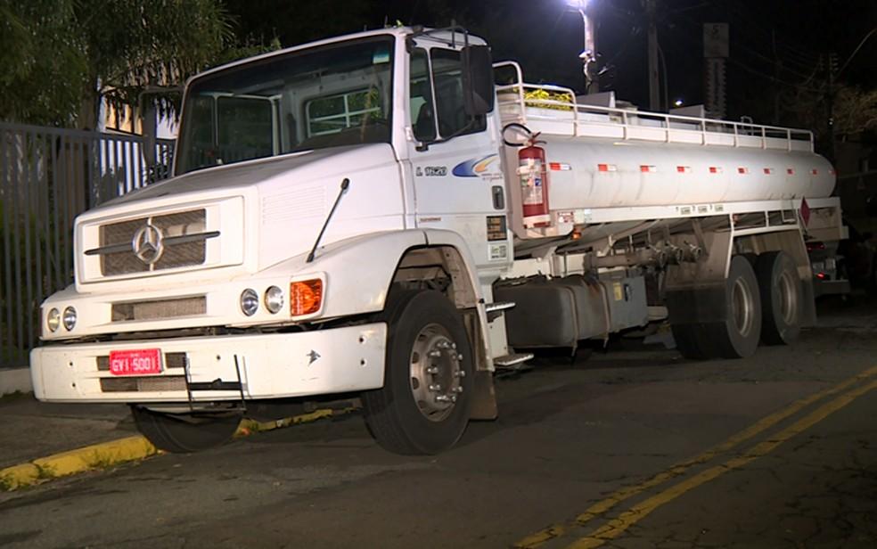 Caminhão-tanque roubado foi encontrado em imóvel em Sumaré com suspeitos de participação em quadrilha de roubo de cargas. — Foto: Reprodução/EPTV