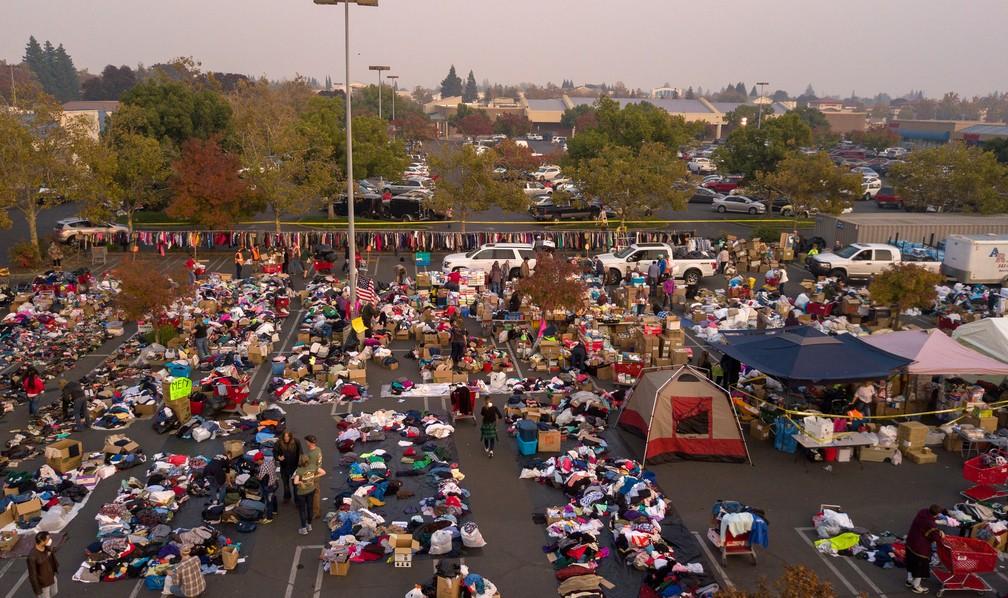 Moradores de regiões afetadas pelo incêndio acampam em estacionamento em Chico, na Califórnia — Foto: Josh Edelson / AFP