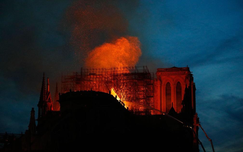 Bombeiros tentam conter incêndio na Catedral de Notre-Dame, em Paris, na segunda-feira (15) — Foto: AP Photo/François Mori