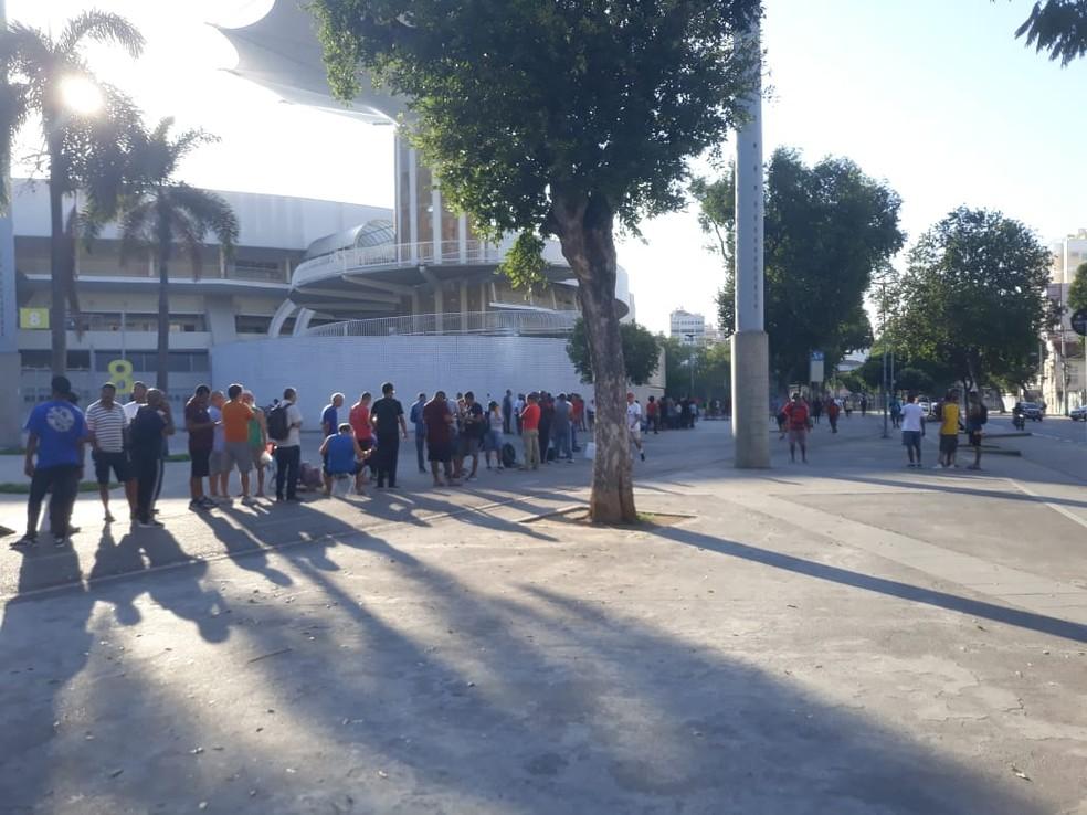 Fila por ingressos no Maracanã na manhã desta terça-feira — Foto: Fred Huber