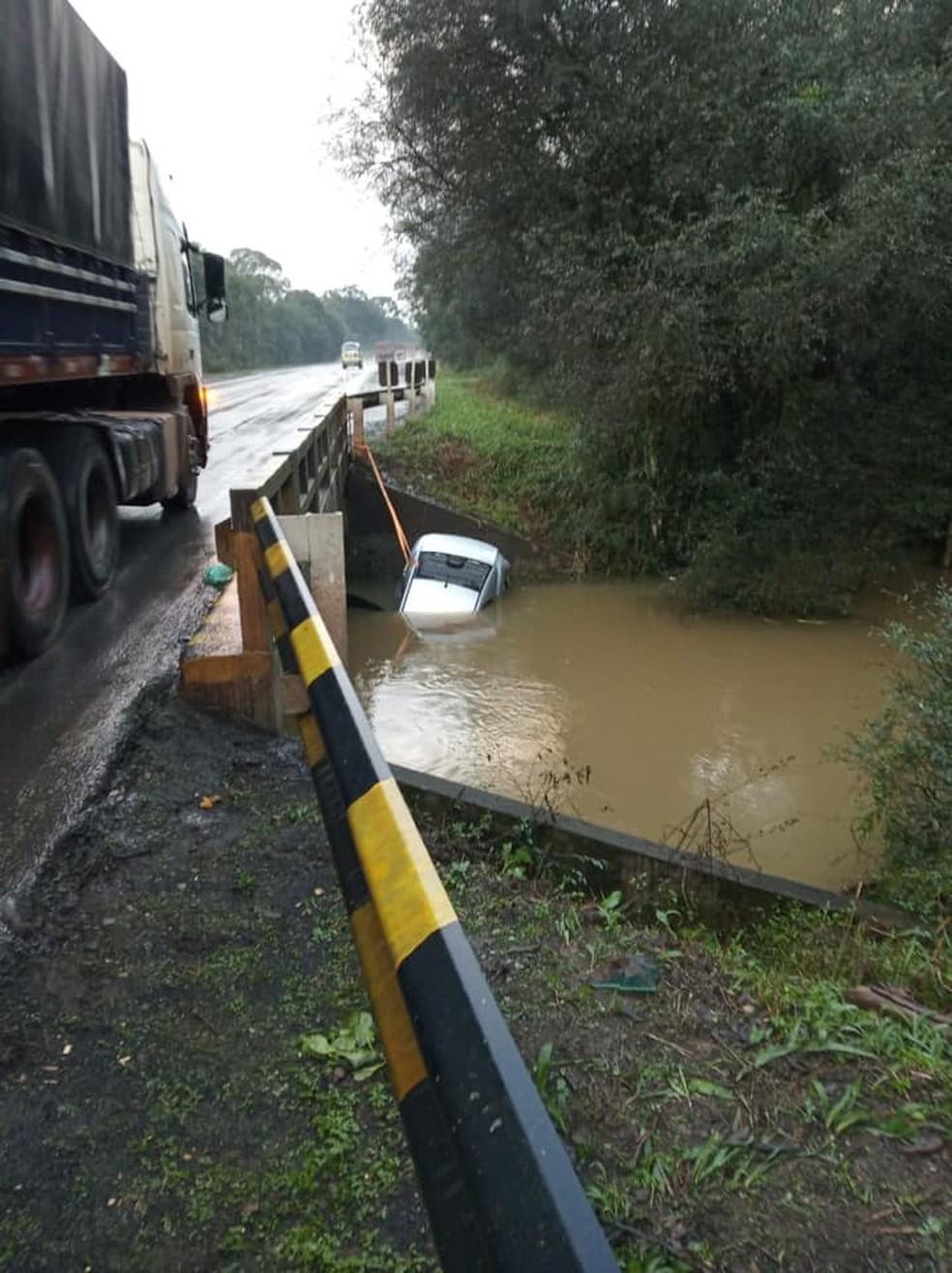Carro caiu em rio após acidente, em Paula Freitas — Foto: Divulgação/Corpo de Bombeiros de União da Vitória