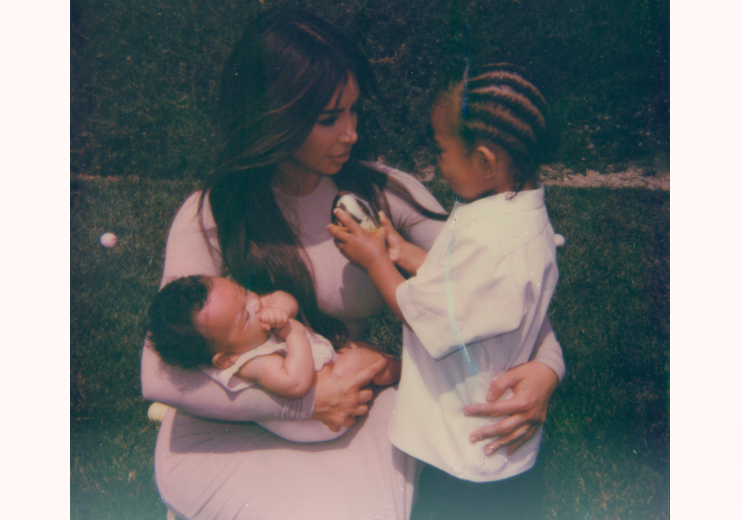 Kim com a pequena Chicago e o menino Saint: foto usada para divulgar o questionário sobre maternidade  (Foto: Reprodução)