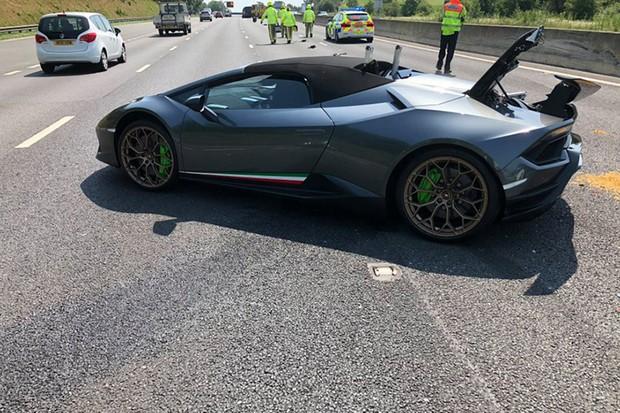 O superesportivo teve uma falha mecânica e ficou parado na estrada. Em seguida, uma van colidiu com a traseira do carro (Foto: Policia de New Yorkshire)