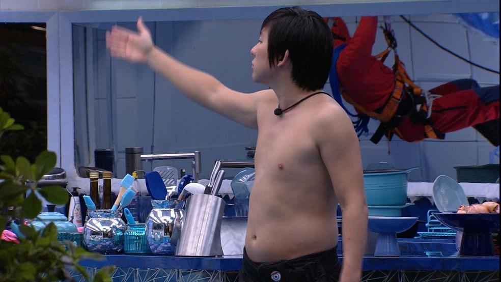 Pyong discute com Babu na cozinha — Foto: Globo