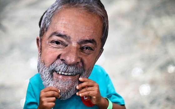 Eleitor com a máscara de Lula. Articulação do petista em defesa de Dilma foi a última antes da prisão do ex-presidente (Foto: DOUGLAS MAGNO/AFP)