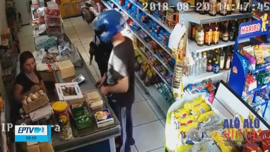 Câmera de segurança registra assalto a mercearia no bairro Primavera, em Campanha, MG