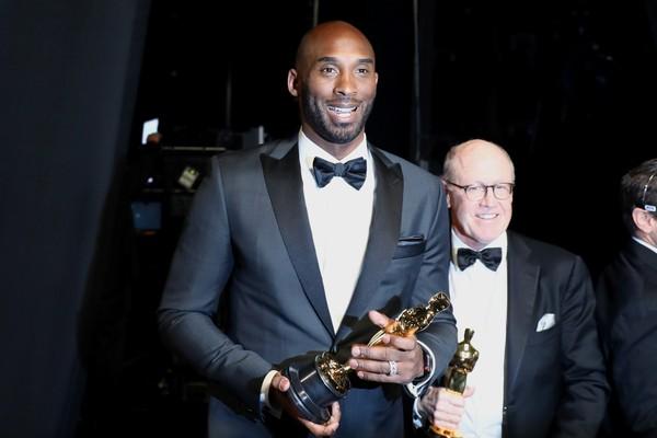 O ex-jogador de basquete Kobe Bryant com o Oscar vencido por ele (Foto: Getty Images)