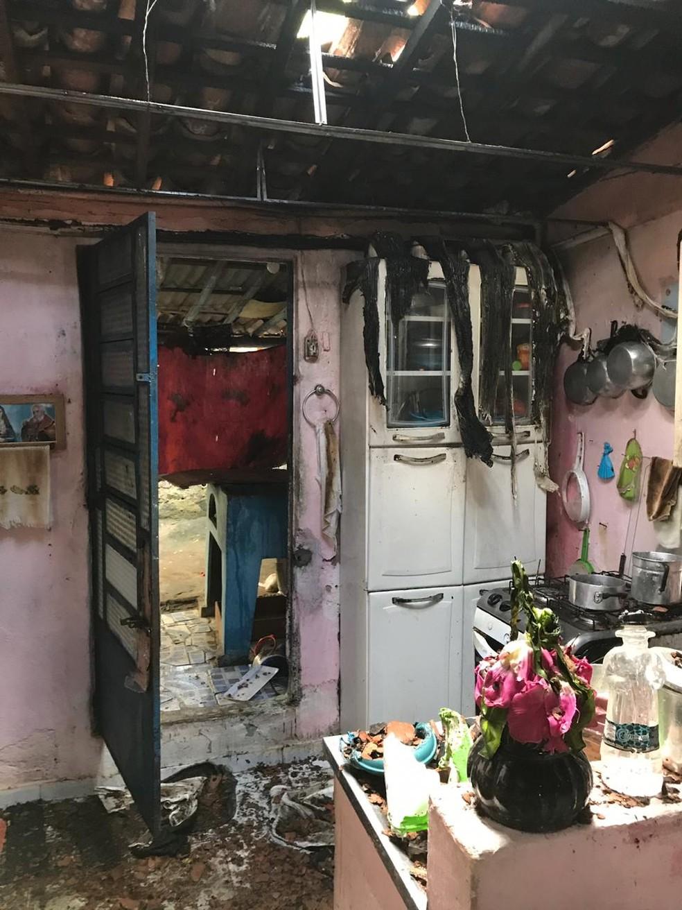 Fogo atingiu o teto da casa — Foto: Ascom/Bombeiros