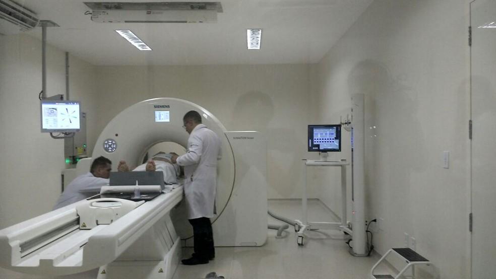 Equipamento de tomografia, na área oncológica do Hospital Luzia de Pinho Melo, em Mogi das Cruzes (Foto: Maiara Barbosa/G1)
