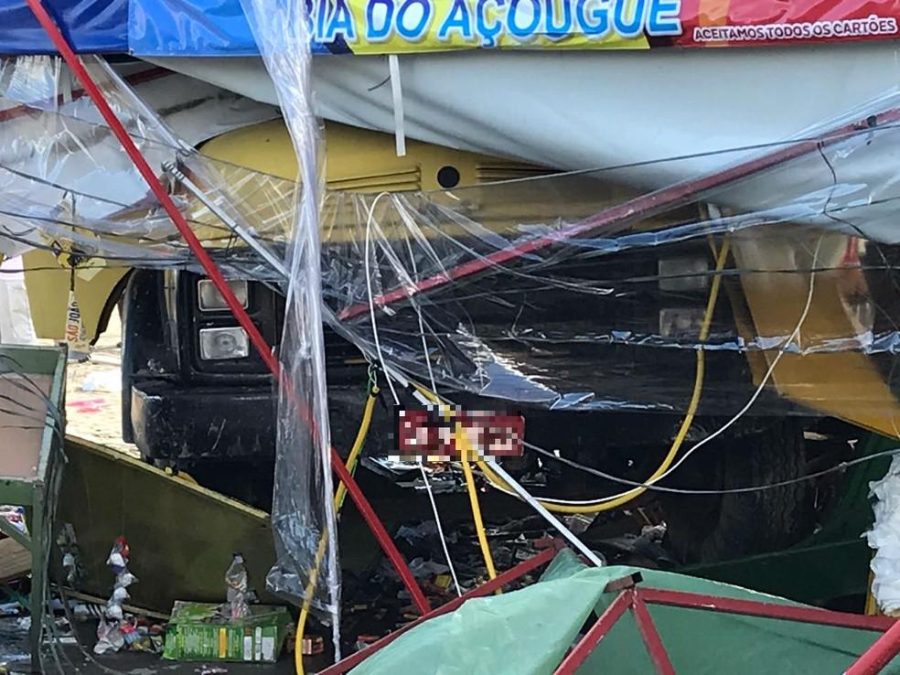 Ainda na BA-502, duas pessoas morreram em outro acidente grave no domingo (23) — Foto: Adriana Oliveira/TV Bahia