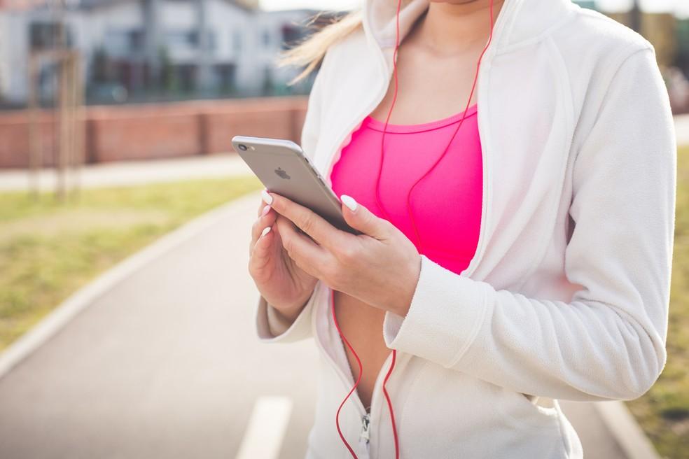 Fazer exercícios com dicas de aplicativos também pode ser prejudicial (Foto: Pexels)