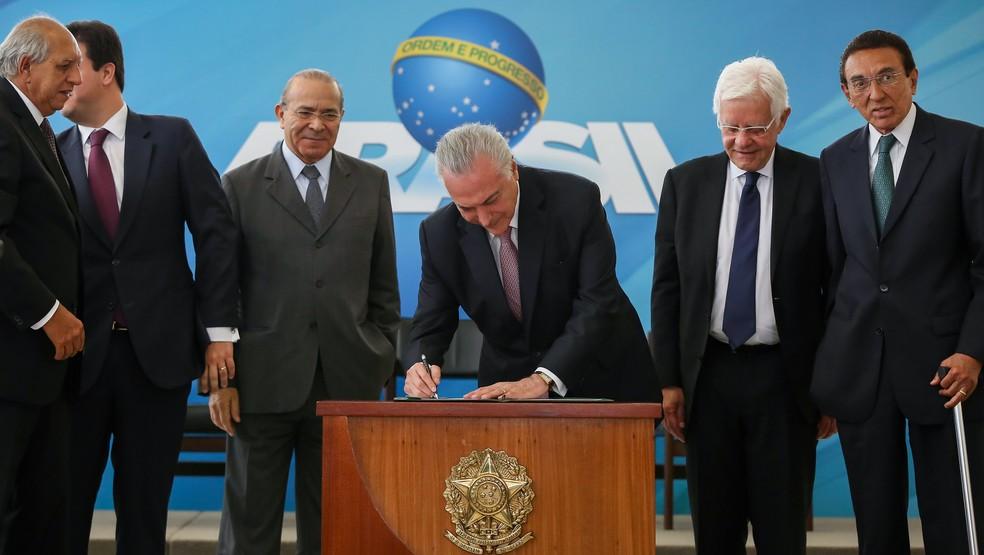 O presidente Michel Temer assinou decretos com novas normas para o setor de mineração (Foto: Marcos Corrêa/PR)