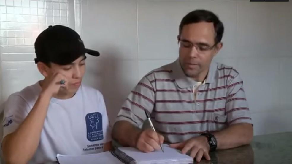 Foto de Rodrigo de 2013, quando ele estava no 9º ano e o professor de matemática Vanderlei Machado, da escola Marcílio Leite de Almeida, na cidade de Capela do Alto (Foto: Arquivo pessoal)
