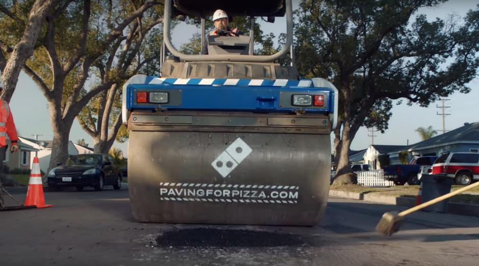 Rede Domino's tapa buracos para entregadores não estragarem as pizzas no percurso (Foto: Reprodução)