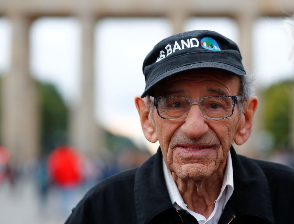 O baterista Saul Dreier, de 94 anos, aqui em uma foto de 2017, em frente ao Portão de Brandenburgo, em Berlim. — Foto: Fabrizio Bensch/Reuters