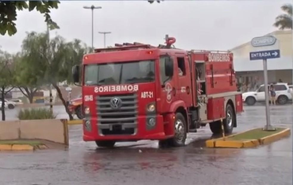 Bombeiros chegando no centro comercial  — Foto: TV Morena/Reprodução