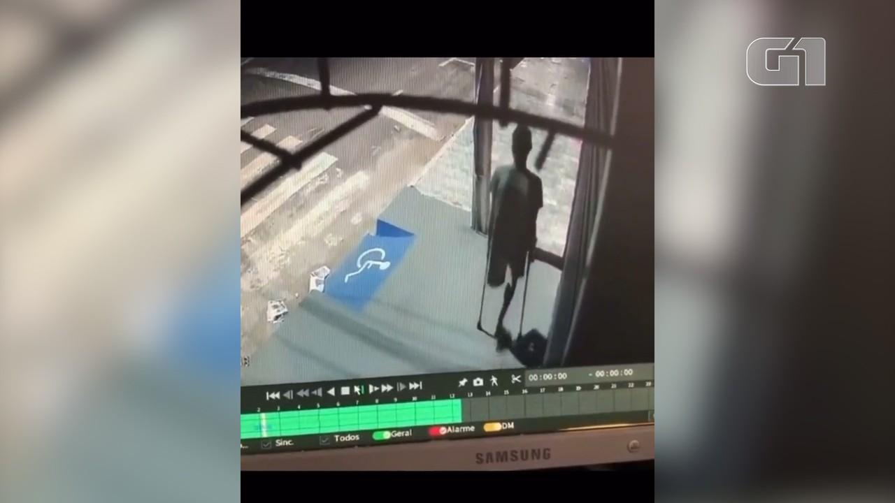 Vídeo mostra homem sem uma perna e de muletas assaltando loja em Imperatriz