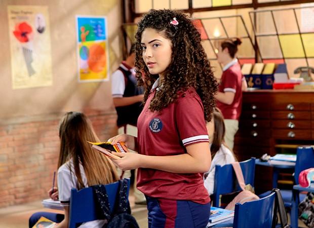 Após período fazendo intercâmbio no Canadá, Gabriela (Graciely Junqueira) volta à escola e afirma estar feliz com retorno (Foto: Lourival Ribeiro/ SBT)
