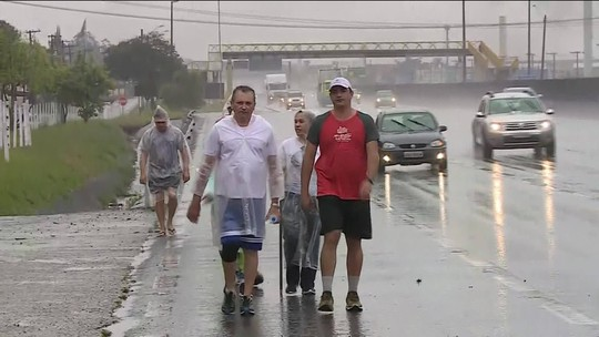 Peregrinos seguem pela estrada em direção ao Santuário de Aparecida (SP)