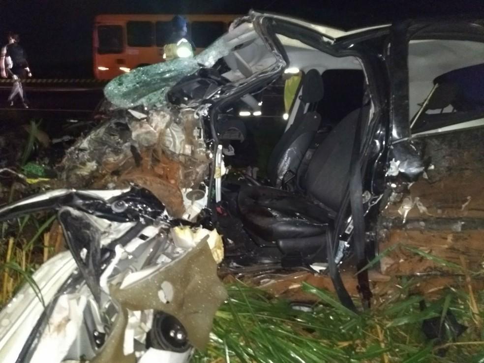Carros ficaram destruídos após colisão frontal na SP-333, em Tarumã (Foto: Polícia Rodoviária/Divulgação )