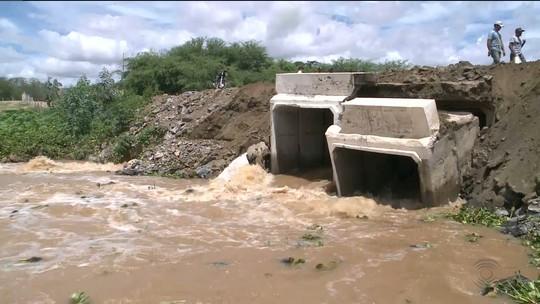 Ponte rompe com água das chuvas em Camalaú, na PB