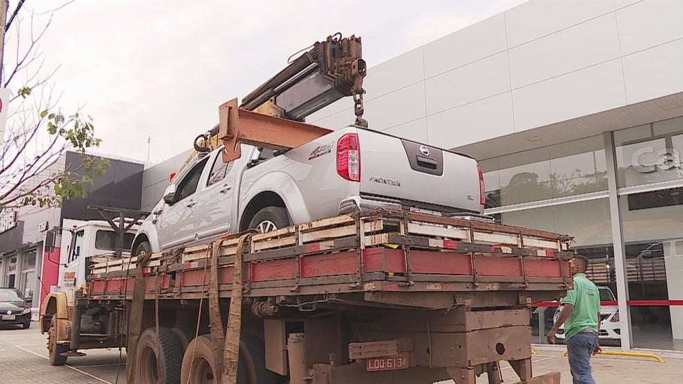 Caminhonte foi retirada do local e questão deve ser resolvida na Justiça (Foto: Reprodução/TV Globo)