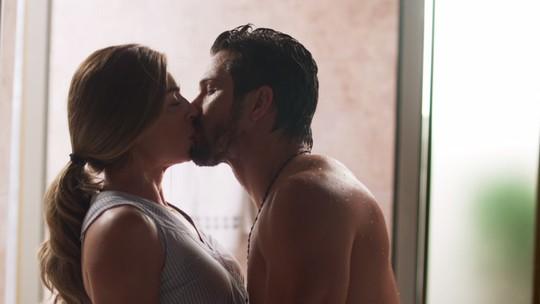 Paloma é surpreendida por Marcos sem toalha, e os dois se beijam