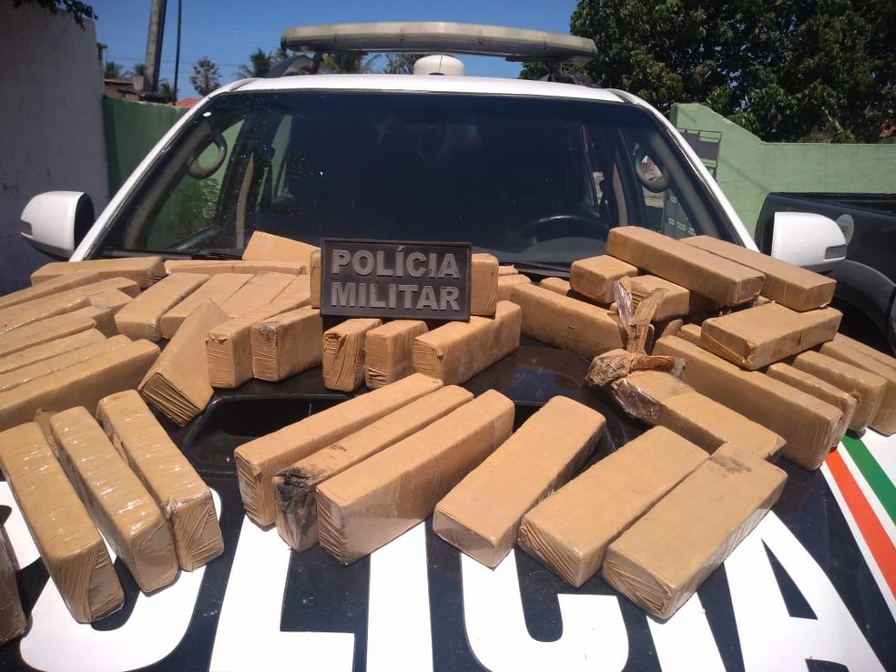 Saco com 56 tabletes de maconha é apreendido pela Polícia Militar na cidade de Guaiúba, no Ceará — Foto: Reprodução