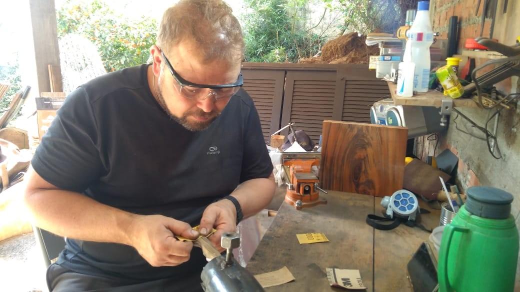 Chef de cozinha que ficou sem emprego por causa da pandemia resgata ensinamentos do avô e vira especialista em fabricar facas