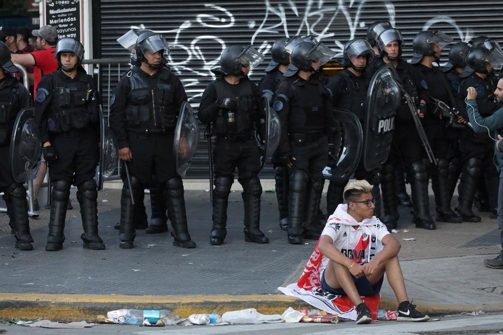 Policiais entraram em ação nas ruas de Buenos Aires após o adiamento da final da Libertadores — Foto: Alberto Raggio/Reuters