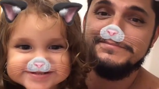 Bruno Gissoni estrela série de vídeos fofos com a filha e brinca: 'Hora do chamego'