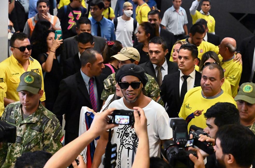 Ronaldinho Gaúcho, durante o desembarque em Assunção nesta quarta — Foto: Norberto Duarte/AFP