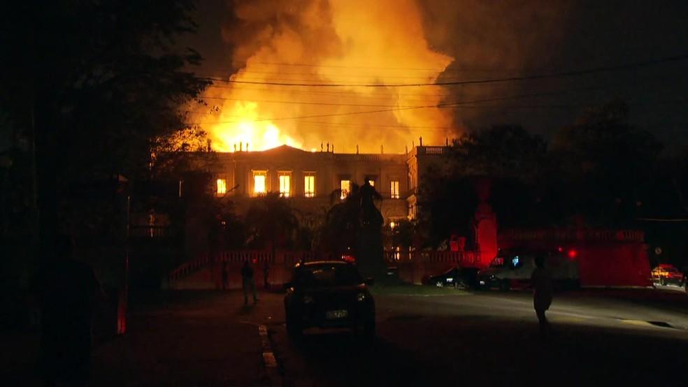 Incêndio atinge Museu Nacional no Rio (Foto: Reprodução/ TV Globo)