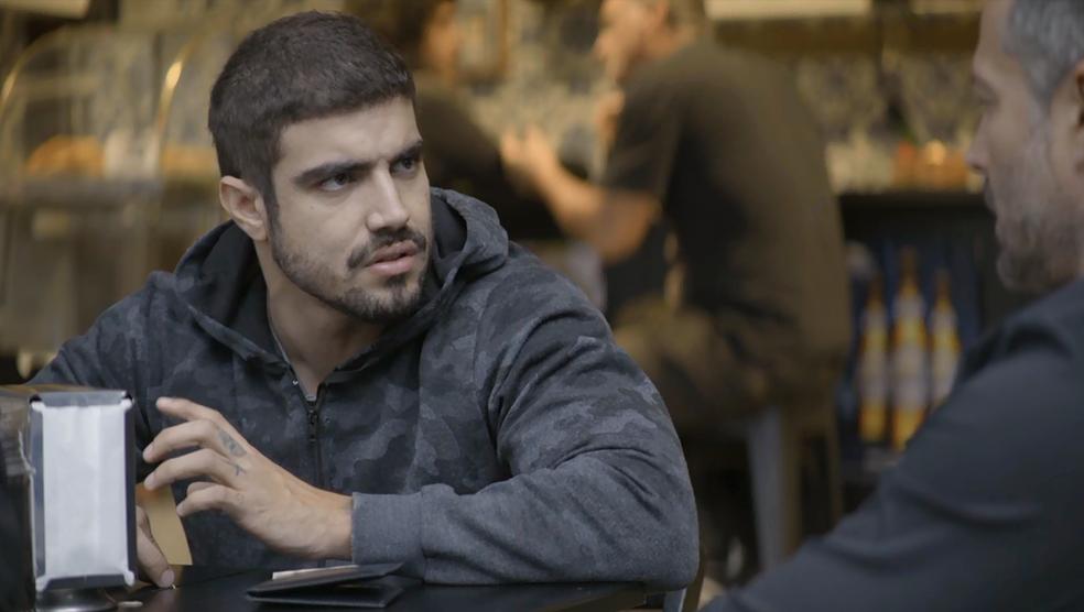 Rock (Caio Castro) aprova a decisão de Agno (Malvino Salvador), em 'A Dona do Pedaço' — Foto: TV Globo