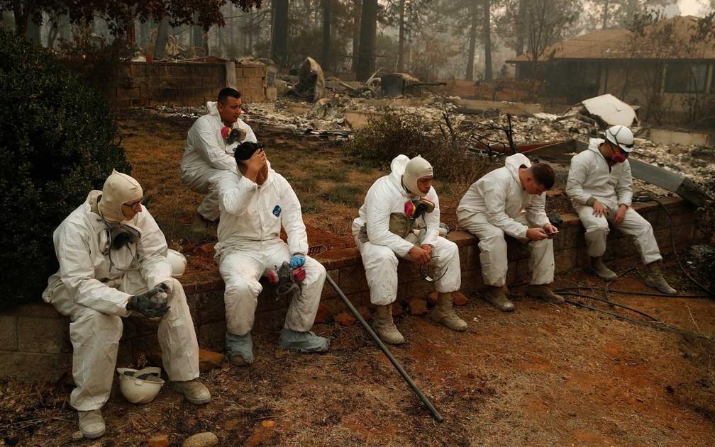 Integrantes da Guarda Nacional fazem uma pausa na busca de vítimas na Califórnia — Foto: John Locher / AP Photo
