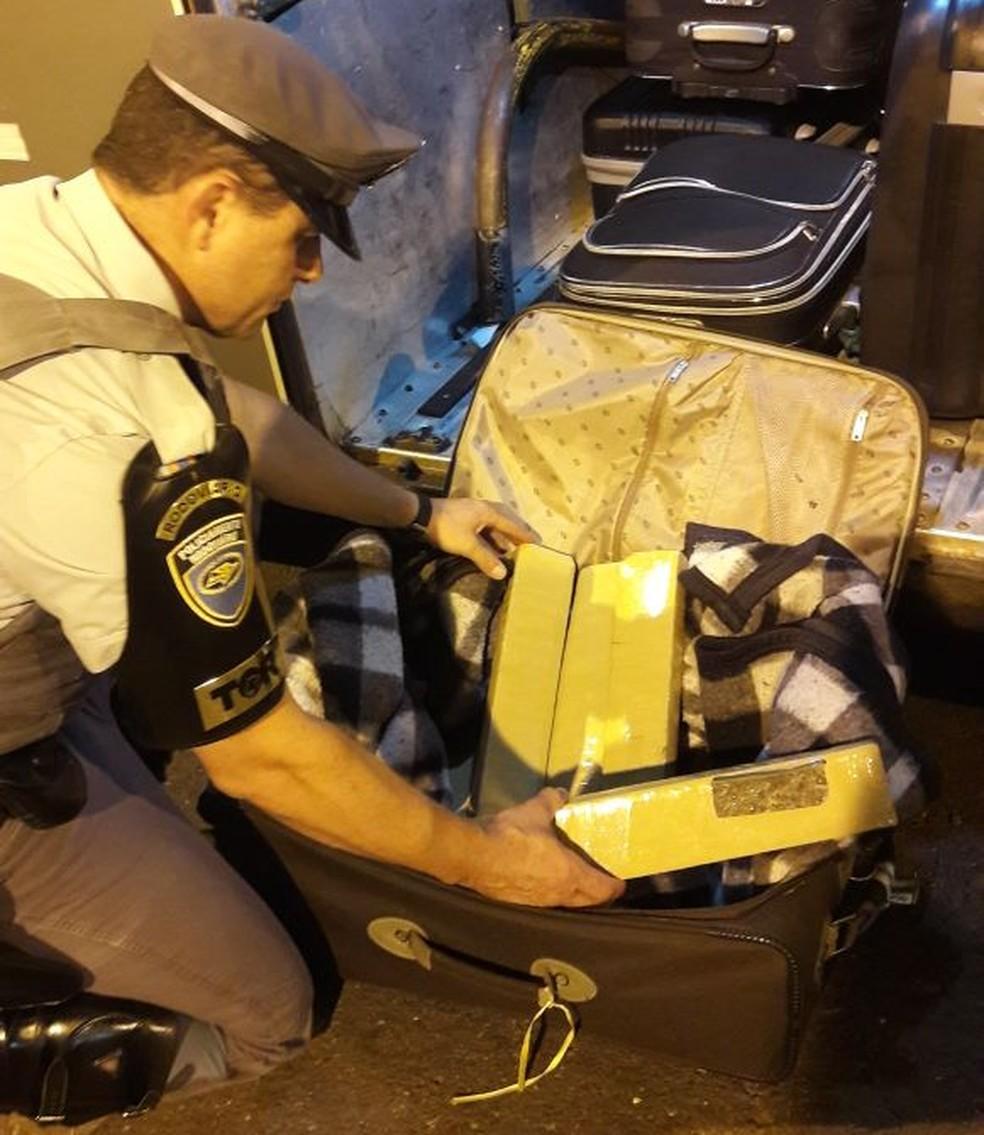 Garçom receberia R$ 1,5 mil pelo transporte da droga (Foto: Cedida/Polícia Militar Rodoviária)