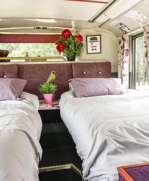 O quarto do primeiro andar tem a decoração roxa e cinza (Foto: Sykes Holiday Cottages/ Reprodução)